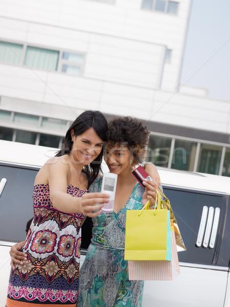 Vrouwen creditcard twee vrouwen permanente limousine Stockfoto © diego_cervo