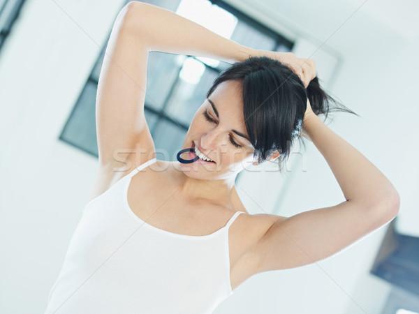 Vrouw haren elastiekje mond handen vrouwen Stockfoto © diego_cervo