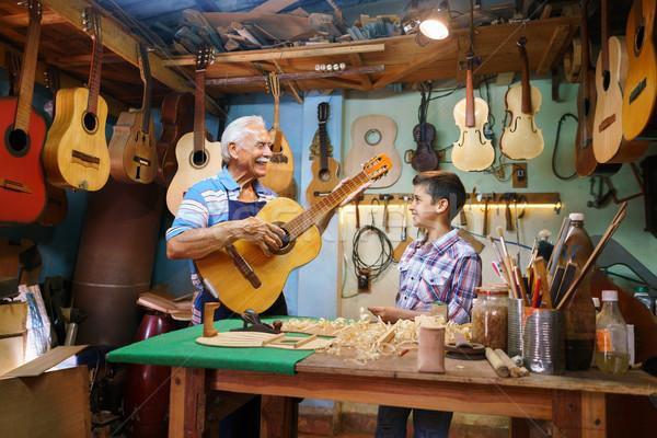 Vieillard Grandpa enseignement garçon petit-enfant jouer Photo stock © diego_cervo