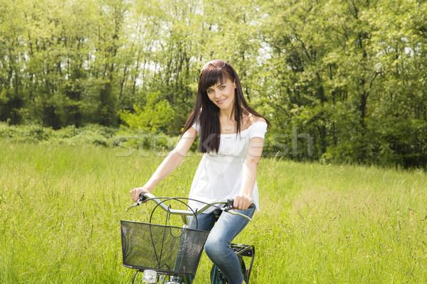 Weide vrouw park glimlachend naar Stockfoto © diego_cervo
