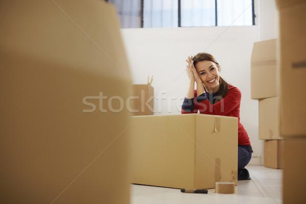 Feliz mujer sonriente casa mover cajas retrato Foto stock © diego_cervo