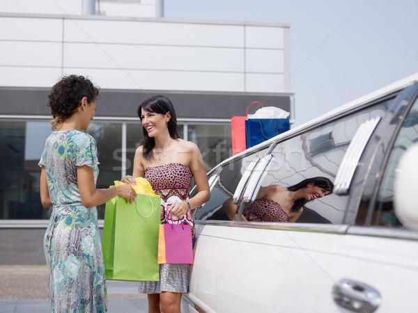 Barátok limuzin két nő áll néz bevásárlótáskák Stock fotó © diego_cervo