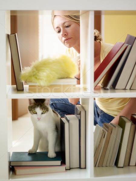 Mulher trabalhos domésticos adulto prateleiras para livros vertical forma Foto stock © diego_cervo
