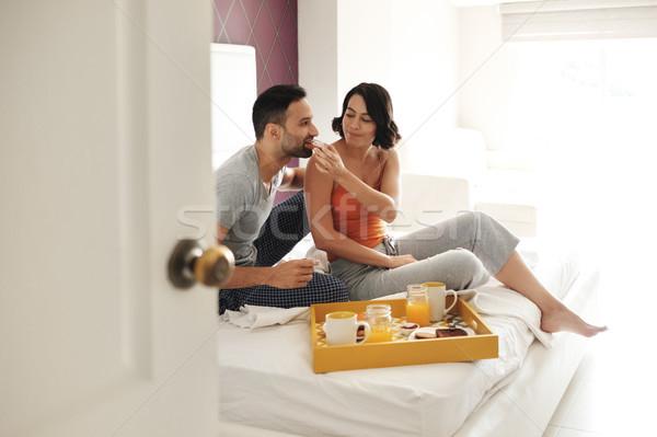 Feliz marido esposa comer desayuno cama Foto stock © diego_cervo
