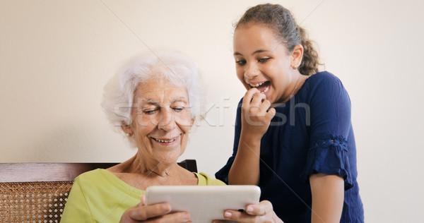 Senior Frau Enkelkind Tablet-Computer Internet Familie Stock foto © diego_cervo