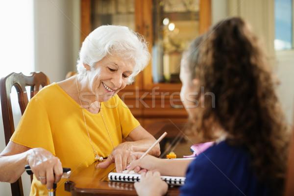 Pomoc dziewczynka szkoły praca domowa szczęśliwy Zdjęcia stock © diego_cervo