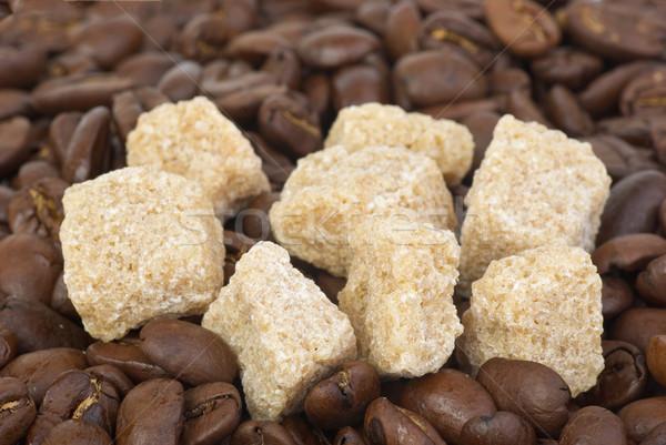 Pochi pezzi zucchero di canna chicchi di caffè sfondo Foto d'archivio © digitalr