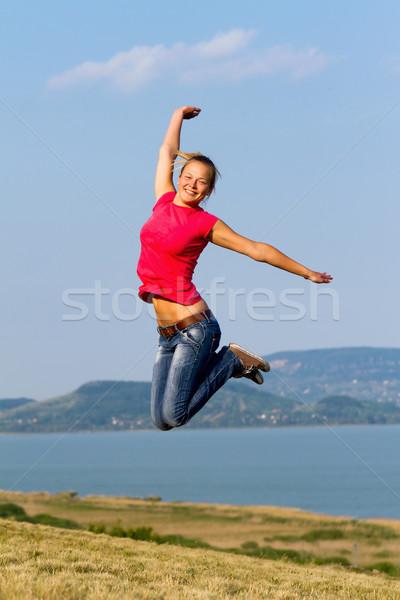 прыжки счастливым берега небе улыбка Сток-фото © digoarpi