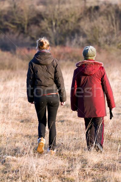 Ludzi babcia dorosły wnuczka spaceru zewnątrz Zdjęcia stock © digoarpi