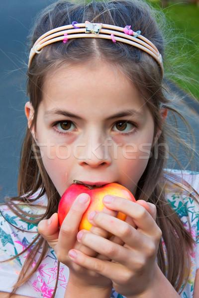 Nina manzana cute 8 años comer nublado Foto stock © digoarpi