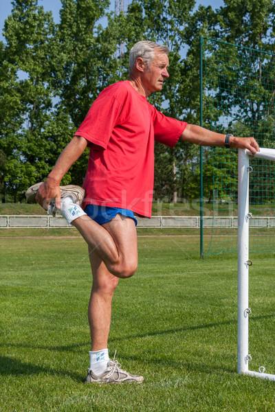Idős futó gyakorlat gimnasztikai égbolt fű Stock fotó © digoarpi
