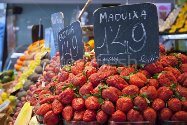 Fraises marché vendre la affaires ville Photo stock © dinozzaver