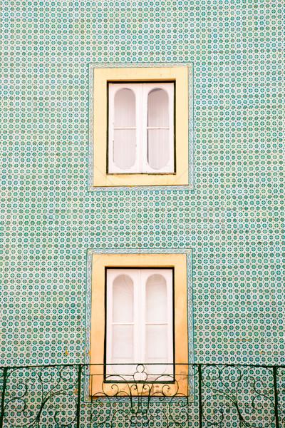 Ventana cuadros balcón típico casa edificio Foto stock © dinozzaver