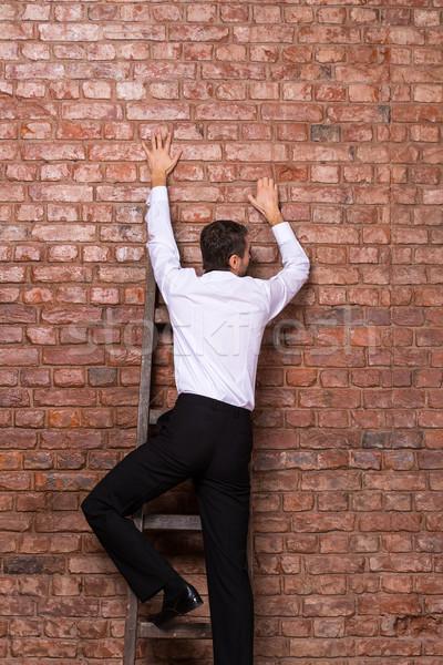 женщина чувак залезает по стене эта