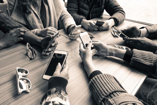 グループ 友達 一緒に スマートフォン クローズアップ ストックフォト © DisobeyArt