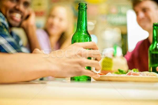 Stock foto: Glücklich · Freunde · Toasten · Bier · bar · Veröffentlichung