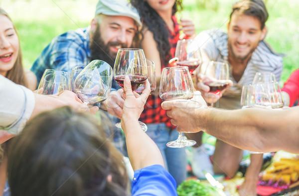 Mutlu arkadaşlar şarap bardakları piknik şehir Stok fotoğraf © DisobeyArt