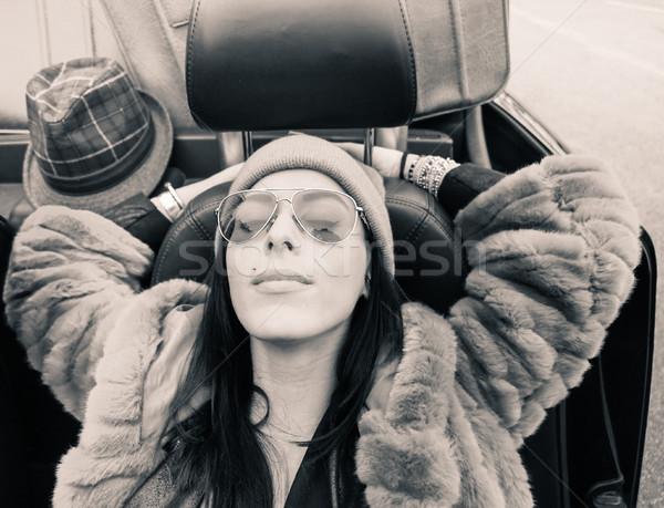 Mode portret jonge vrouw ontspannen kabriolet roadster Stockfoto © DisobeyArt