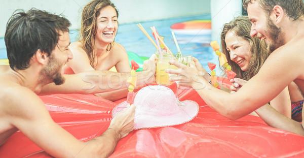 Gelukkig vrienden juichen cocktails eten tropische vruchten Stockfoto © DisobeyArt