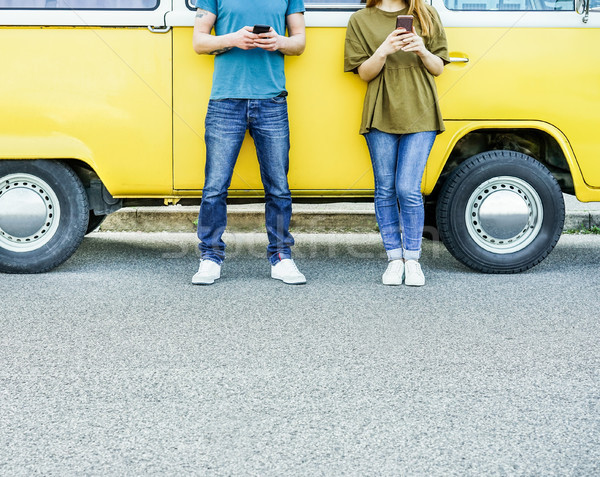 Młodych znajomych komórkowych telefony komórkowe następny Zdjęcia stock © DisobeyArt