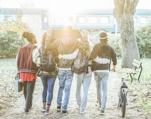 Groep modieus studenten lopen stad park Stockfoto © DisobeyArt
