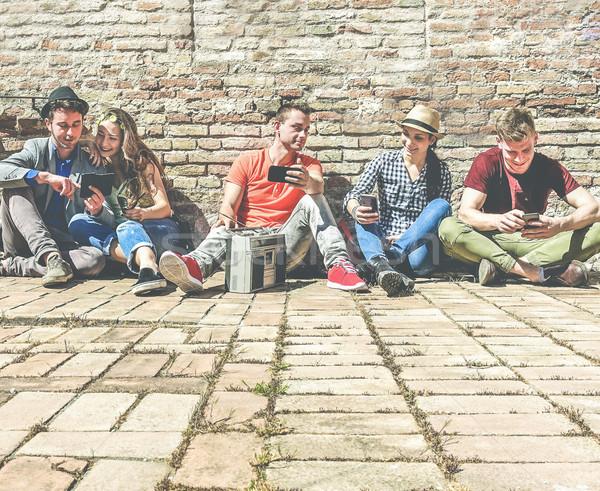 グループ トレンディー 友達 携帯 携帯電話 リスニング ストックフォト © DisobeyArt
