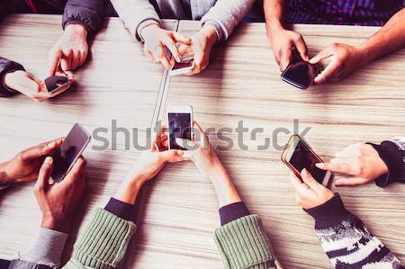 Csoport barátok szórakozás együtt okos telefonok Stock fotó © DisobeyArt