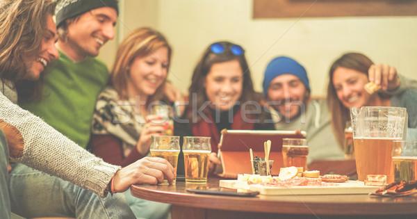 Mutlu arkadaşlar izlerken tablet Stok fotoğraf © DisobeyArt