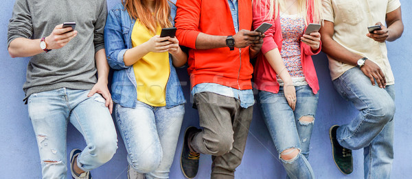 Gruppo studenti guardare Smart onu Foto d'archivio © DisobeyArt