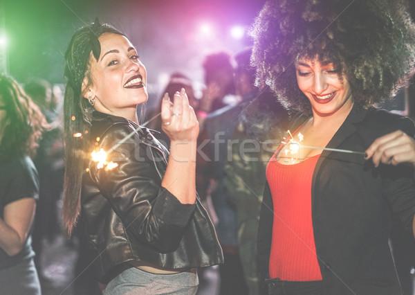 Jeunes femmes fête feux d'artifice à l'intérieur night-club Photo stock © DisobeyArt