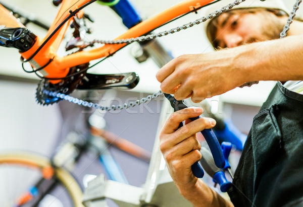 Barbado bicicleta mecánico profesional trabajo taller Foto stock © DisobeyArt