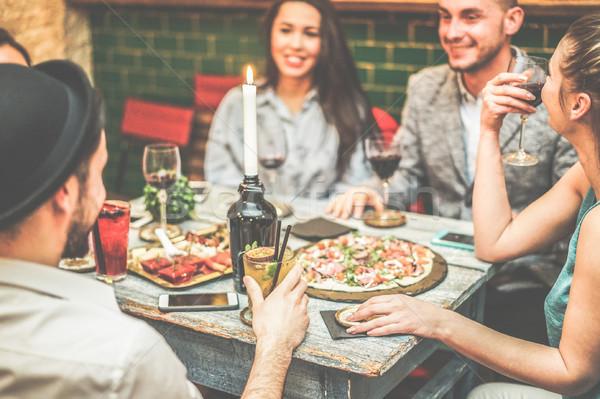 Groep vrienden drinken voorgerechten amerikaanse bar Stockfoto © DisobeyArt