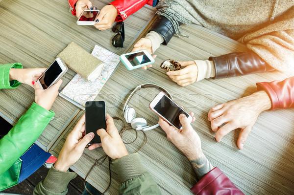 Groep vrienden mobiele telefoon punt Stockfoto © DisobeyArt