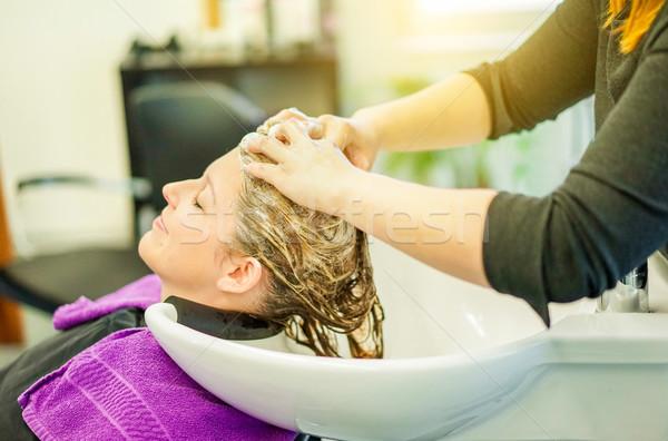 Kapper wassen klant jonge vrouw hoofd professionele Stockfoto © DisobeyArt