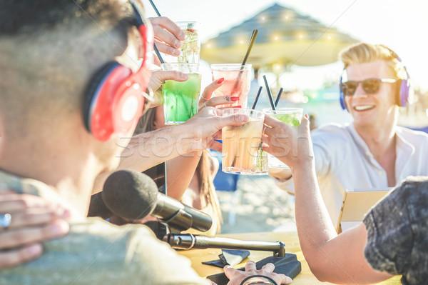 Grup arkadaşlar tropikal kokteyller video Stok fotoğraf © DisobeyArt
