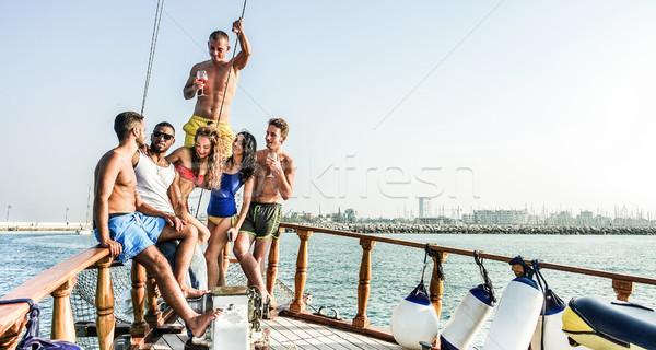 Szczęśliwy znajomych pitnej łodzi strony Zdjęcia stock © DisobeyArt