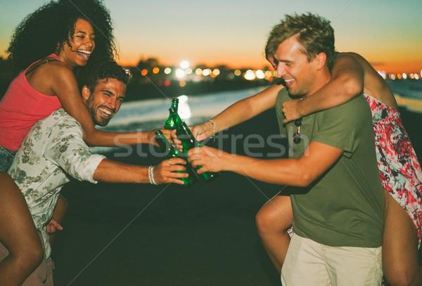 Mutlu arkadaşlar içme bira plaj Stok fotoğraf © DisobeyArt