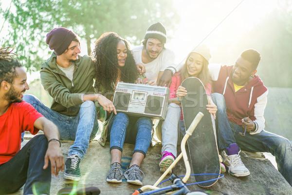 Feliz amigos escuchar música ciudad Foto stock © DisobeyArt