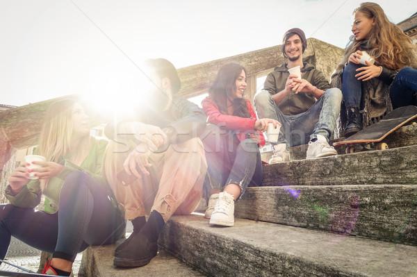 Gelukkig vrienden drinken papier beker koffie Stockfoto © DisobeyArt