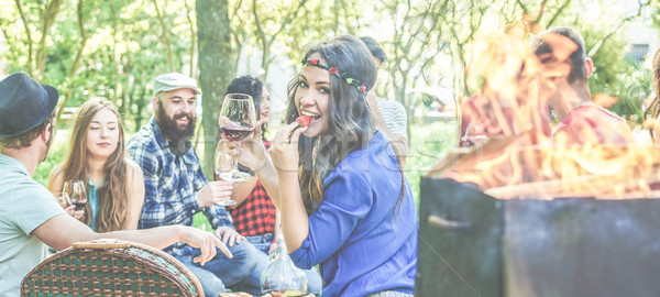 Grup arkadaşlar piknik barbekü şehir Stok fotoğraf © DisobeyArt