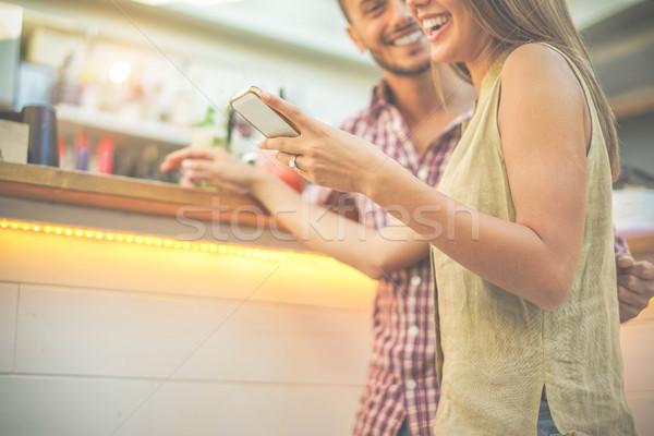 Felice sorridere Coppia guardando mobile smartphone Foto d'archivio © DisobeyArt