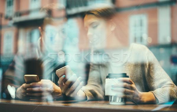 Młodych znajomych kawiarnia pitnej Zdjęcia stock © DisobeyArt