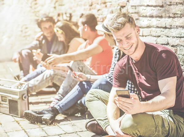 Grupy nastolatków znajomych telefony komórkowe zewnątrz Zdjęcia stock © DisobeyArt