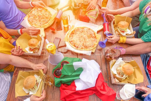 Multinacionális sport eszik pirít étterem kint Stock fotó © DisobeyArt