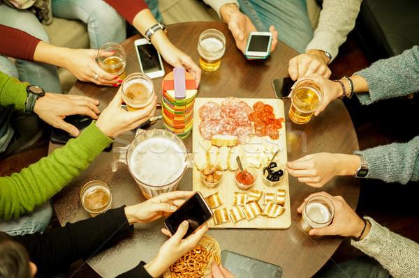 Haut vue jeunes manger casse-croûte Photo stock © DisobeyArt