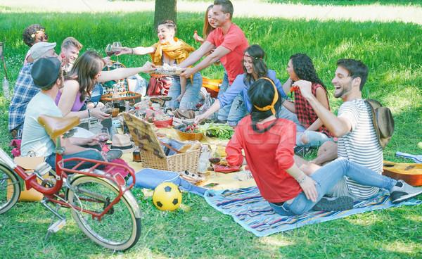 Stockfoto: Gelukkig · vrienden · eten · drinken · picknick · outdoor