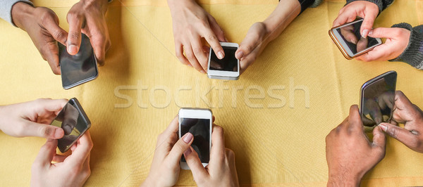 Gruppo amici smartphone primo piano mani Foto d'archivio © DisobeyArt
