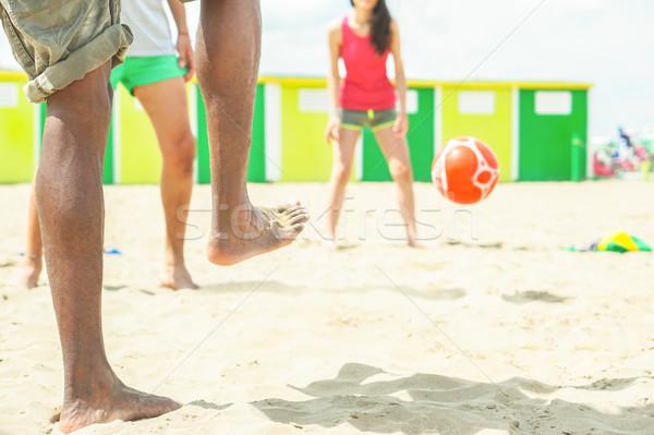 Foto stock: Grupo · amigos · jogar · futebol · praia · jogo