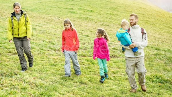 Famille trekking marche jour paysage Photo stock © DisobeyArt