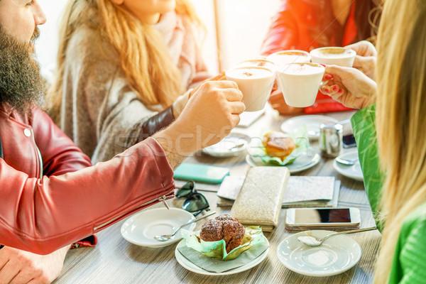 Jeunes amis lait café cafétéria Photo stock © DisobeyArt